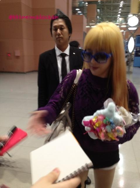 [30.8.2012][Photo]Park Bom tại sân bay Kansai, Nhật Bản Bqyb8