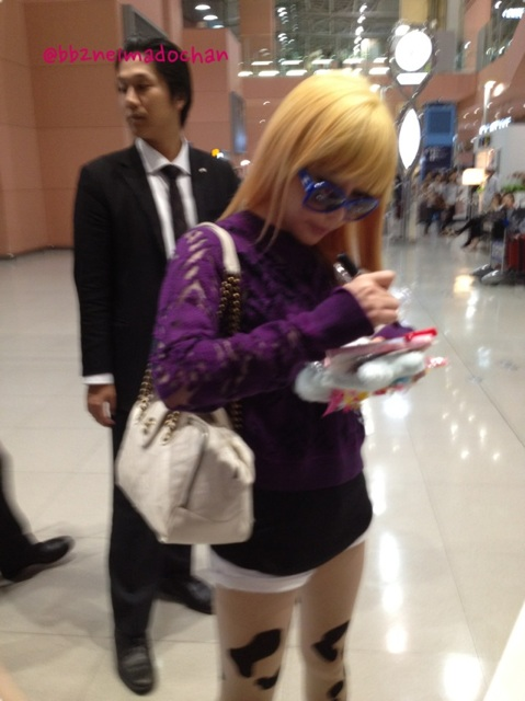 [30.8.2012][Photo]Park Bom tại sân bay Kansai, Nhật Bản Ncxrp