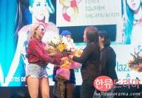 2ne1_cl_flowers1